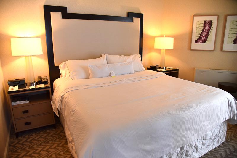 キングサイズの「ヘブンリーベッド」とふわふわの「ヘブンリーピロー」でぐっすり眠ることができる
