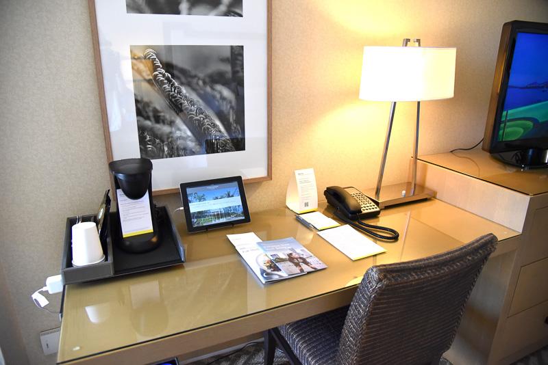 同室にデスクがあり、コーヒーメーカーなどが設置されている