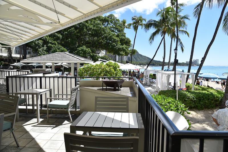 テラス席もあり、海岸を眺めながらスナックなどを楽しめる。ナッツやポップコーンなどを用意