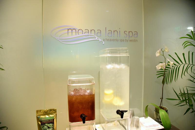 「モアナ・ラニ・スパ」。エントランスにはレモンウォーターやハワイ諸島のみに自生するママキを使ったお茶も用意されている。またグッズなどを販売するショップも併設