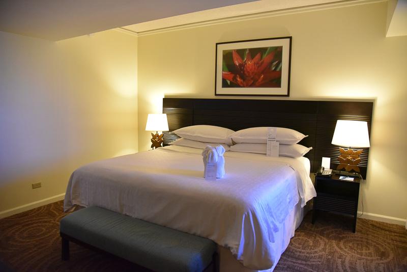 ベッドルームにはキングサイズの「シェラトン・シグネチャー・ベッド」を用意。この日はベッドメイキングでタオルがゾウにアレンジされていた