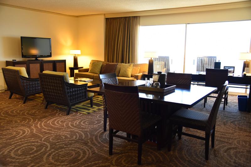 カップル限定の「15階以上プレミアム・オーシャンフロント・ハネムーンスイート36号室」で宿泊可能な1室。部屋の中からも景色が存分に楽しめる