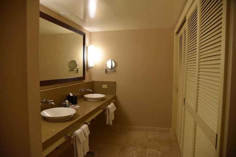 バスルームは洗面台部分がとても広い作り。バスタブは通常の大きさで、トイレはウォシュレットも完備。アメニティ類は各種揃っている