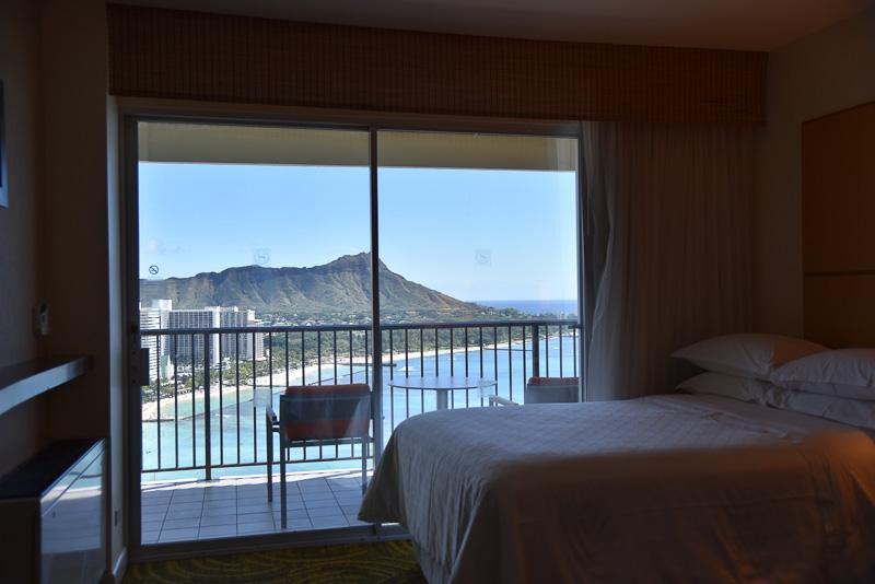 「28階または31階指定ダイヤモンドヘッド・オーシャンフロント」の予約で宿泊ができるゲストルーム。部屋のなかからも景色の美しさが分かる