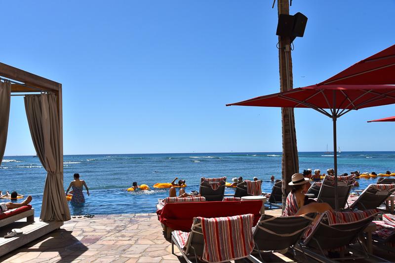 16歳以上の宿泊客しか入場できない大人のためのプール、「インフィニティ・エッジ・プール」ではプールと海が一体化しているような感覚が味わえる。隣接する「ラムファイヤー」はプールデッキで101種類のラム酒などが堪能できる