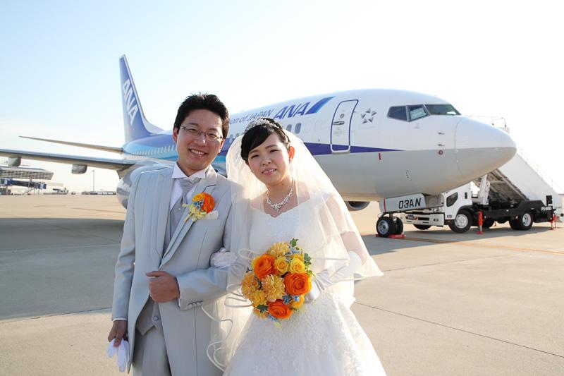 セントレアとANAウイングスは、「エアシティウェディング セントレア×ANA 空の上での結婚式 ~空で誓う39,000フィートのバージンロード~」を3月4日に実施。新郎の田中秀幸さん、新婦の歩香さんが結婚式を挙げた