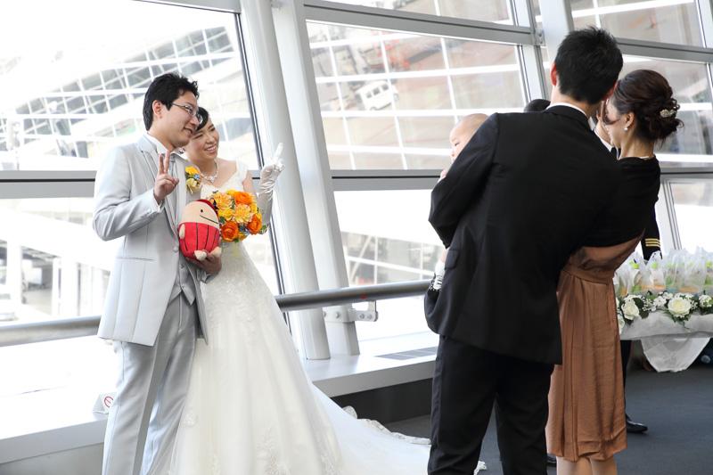 列席者を迎える新郎新婦の姿は結婚式場でも見られる光景だが、そのロケーションが決定的に違う