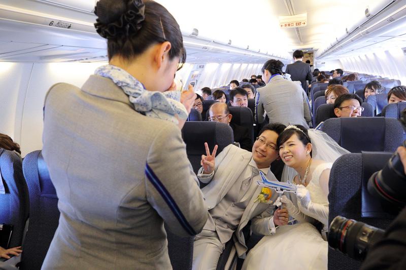 搭乗したすべての人が幸せな雰囲気で過ごせたのは、ANAスタッフの演出はもちろんだが、何より搭乗前から周りの人に「ぜひ一緒に楽しんでほしい」と語っていた新郎新婦から滲み出す、優しい人柄のためだ。そんな2人は窓の外風景を楽しめただろうか?