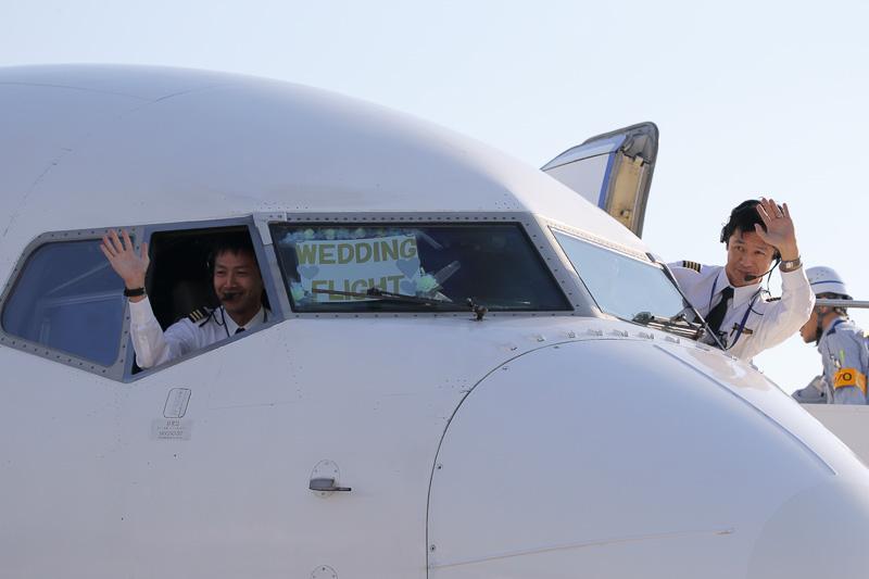 米澤源機長、向川原研副操縦士もコックピットから祝福