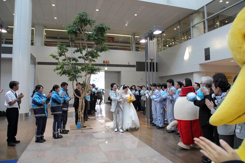 ターミナルでは大勢のANAグループのスタッフがお出迎え。その数に新郎新婦もビックリ