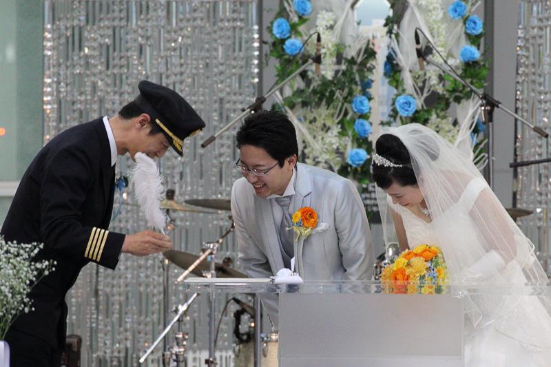 結婚証明書にサインをする新郎新婦、米澤源機長、夫馬莉加チーフパーサー
