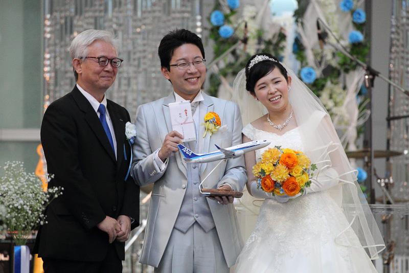 泉弘毅社長からお祝いのモデルプレーンと旅行券が渡された。モデルプレーンはもちろんボーイング 737型機だ