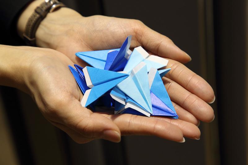 祝福に使われたのは、もちろんANAらしい青い紙飛行機