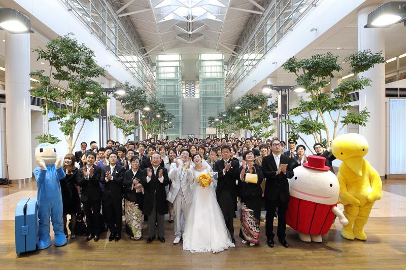 アフターセレモニー終了後、新郎新婦の希望で列席者と集まったANAグループの全員で集合写真が撮影された