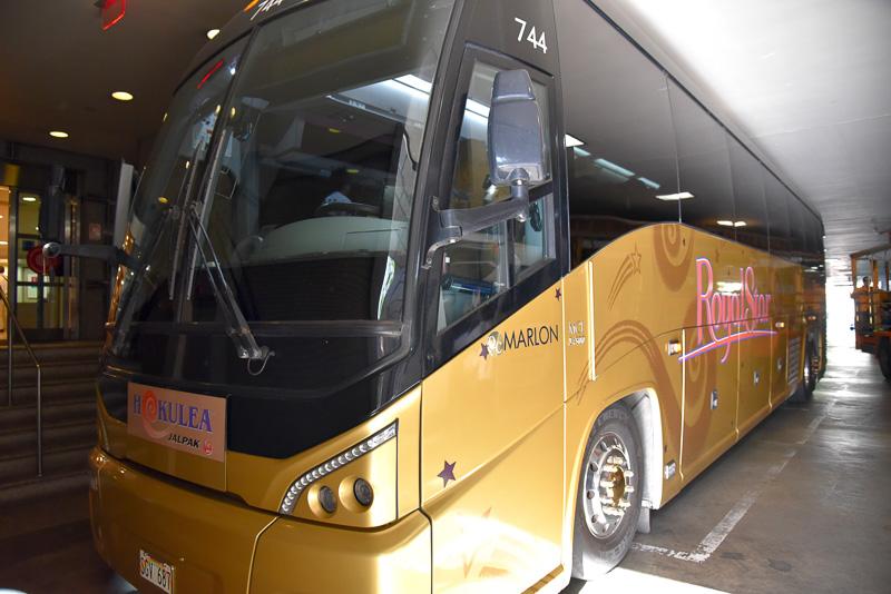 大型の専用バス「HOKULEA」に乗車して目的地に出発
