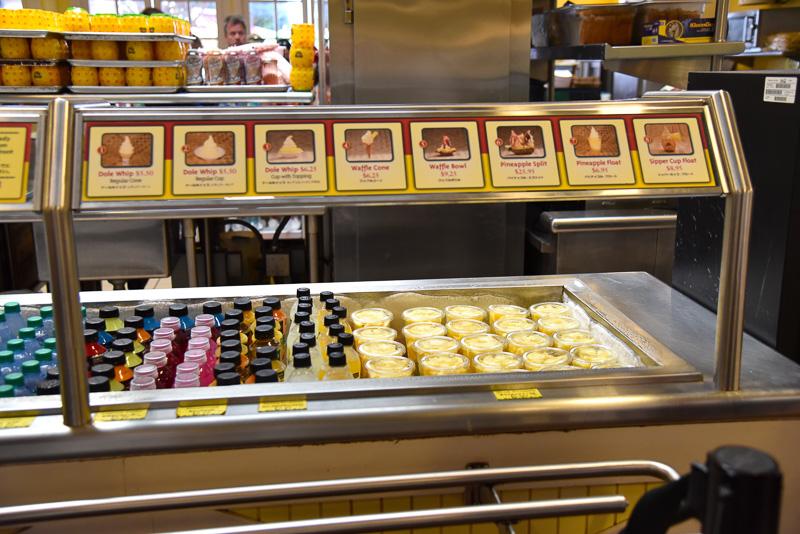 店内に入ったらまずは「カントリーストア&フードカウンター」でスウィーツを購入しよう。お勧めは「パイナップル・フロート」(6.95ドル:約785円)と「スライス・フレッシュ・パイナップル」(5.50ドル:約622円)