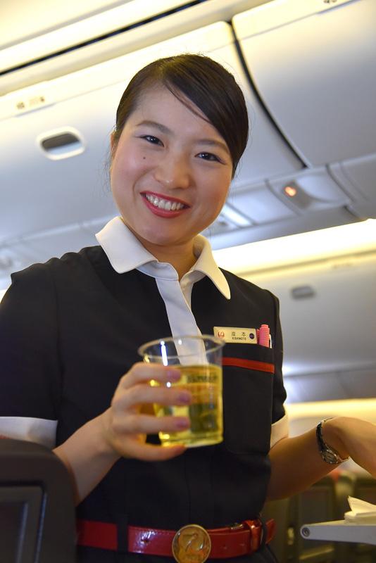 笑顔のCA(客室乗務員)さんと会話を楽しみつつ空の旅を満喫。隣の方がログブックをお願いしていた
