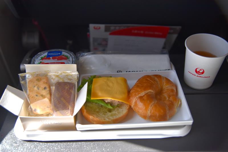 着陸前に提供された機内食。鶴丸ロゴのボックスにはハワイ島発の「ビッグアイランド・キャンディーズ」のショートブレッドが2枚イン