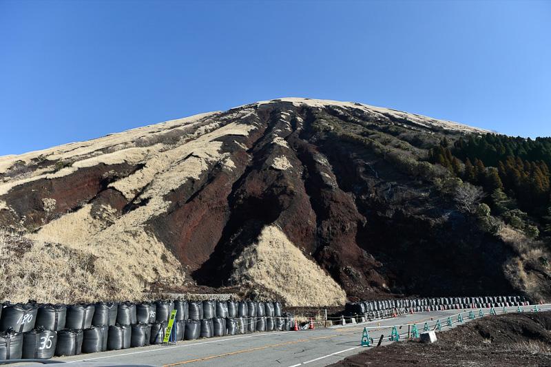 杵島岳の山腹がすぐそこまで迫ってくる