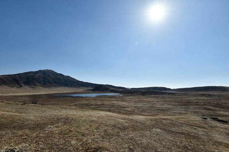 草千里ヶ浜の向こうに見えるのが烏帽子岳(1337m)