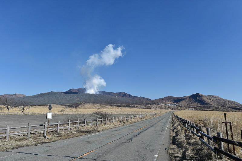 草千里から見える中岳火口からの水蒸気。阿蘇パノラマラインをそのまま奥まで進み、阿蘇山ロープウェイのりばまで