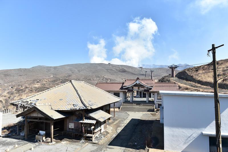 ロープウェイは運休中。2016年10月の噴火で阿蘇山上神社も灰を被っていた