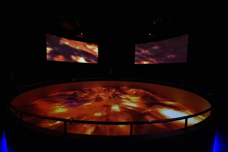 様々な投影パターンと迫力の音響で五感に訴えかけるプログラム