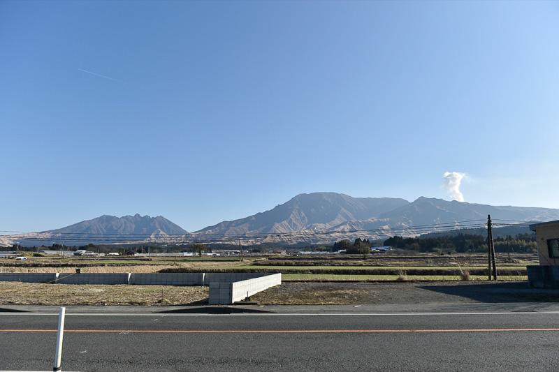 実際の阿蘇山。阿蘇五岳と呼ばれるこのあたりは、お釈迦さまが仰向けに寝ているように見えることから「阿蘇の涅槃像」とも言われている。写真左が顔となり、中岳火口(水蒸気が出ている箇所)がへそのあたりとなる