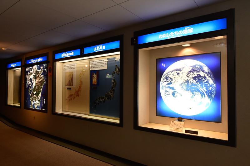 エスカレーターで2階に登ると、地球から日本列島の特徴、九州全土の地理などを説明するパネルが展示されている