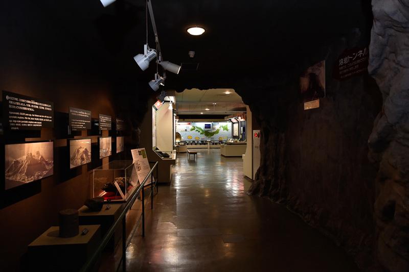 溶岩トンネルをくぐると、その先にある展示物が現われる