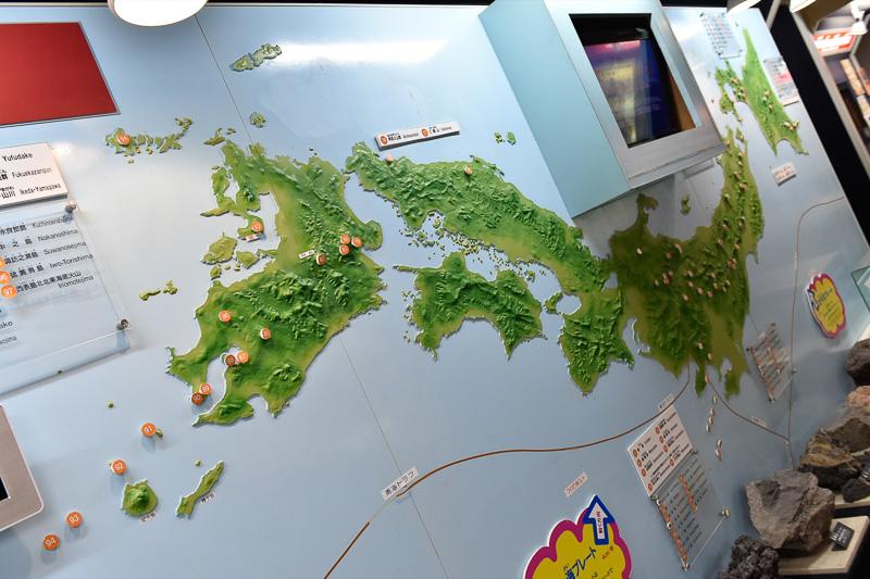日本の主な火山分布図。多くの火山が山地に沿っていることが分かる