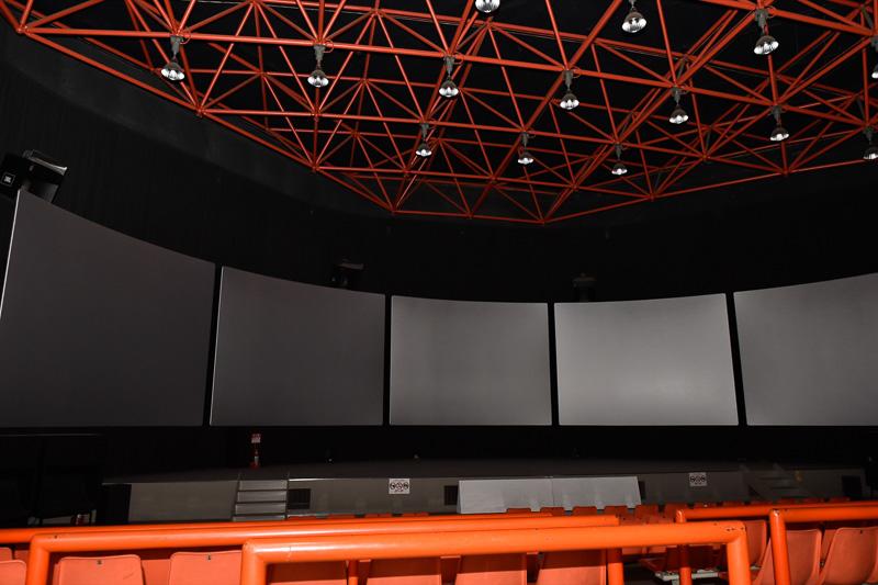 3階に上がると、5面の大型モニターを使用したシアターがあり、阿蘇にまつわる映画を上映している