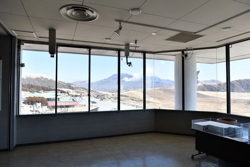 3階の広場は展望室となっており高所から草千里ヶ浜が楽しめる