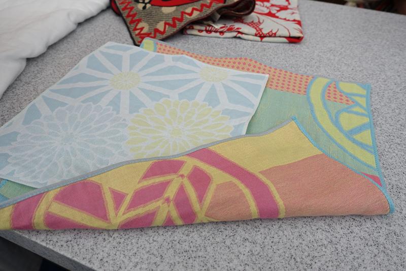 表と裏で糸の色が異なる。3色の糸によって織られている