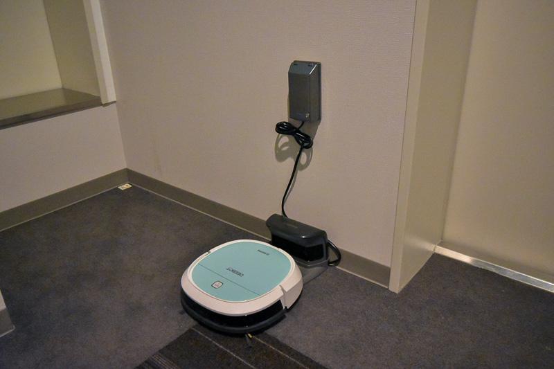 各フロアの廊下に掃除ロボットが配置されている