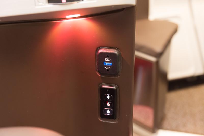 USB電源のほか、読書灯やCA呼び出しスイッチを備える