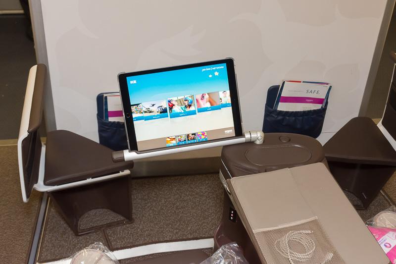機内エンタテイメントはタブレット端末がCAから渡される
