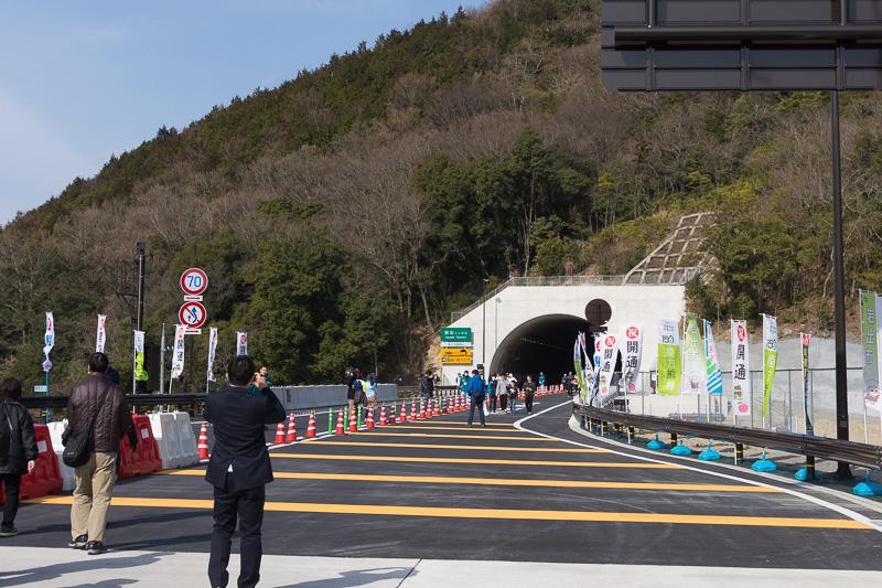 岩出根来ICの料金所から和歌山JCT方面。すぐに2.06kmの岩出トンネルに入る