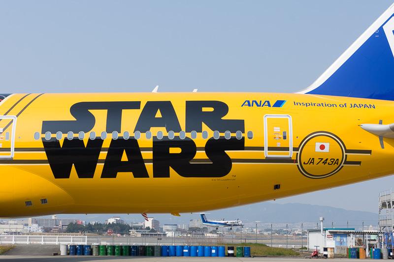 R2-D2 ANA JET、BB-8 ANA JET同様に機体後部に「STAR WARS」の大きなロゴ