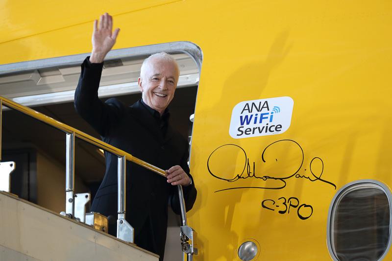 ドアの脇にアンソニー・ダニエルズ氏がサイン。搭乗時はこれを見るのも楽しみの一つになりそうだ