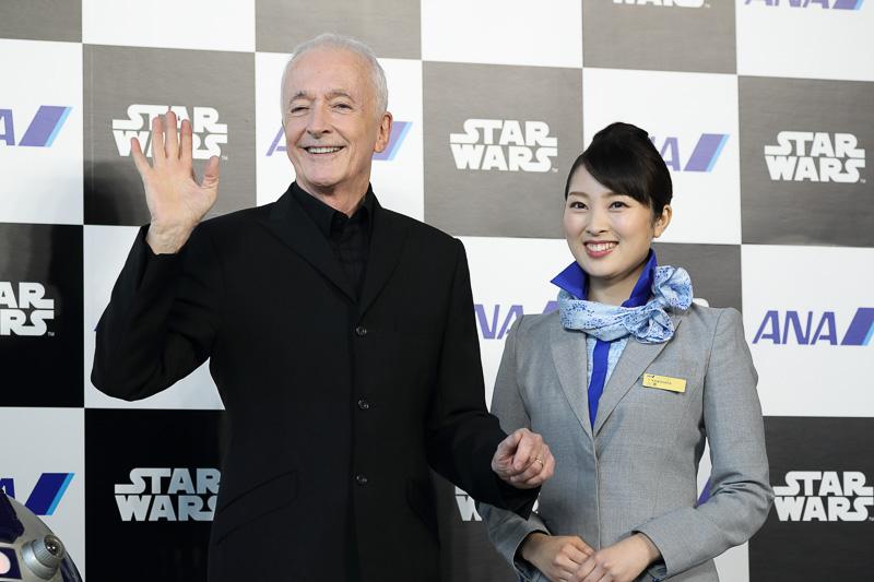 C-3PO役のアンソニー・ダニエルズ氏とCA(客室乗務員)