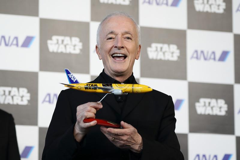 初便搭乗客の幸運な1名にアンソニー・ダニエルズ氏サイン入りモデルプレーンをプレゼント