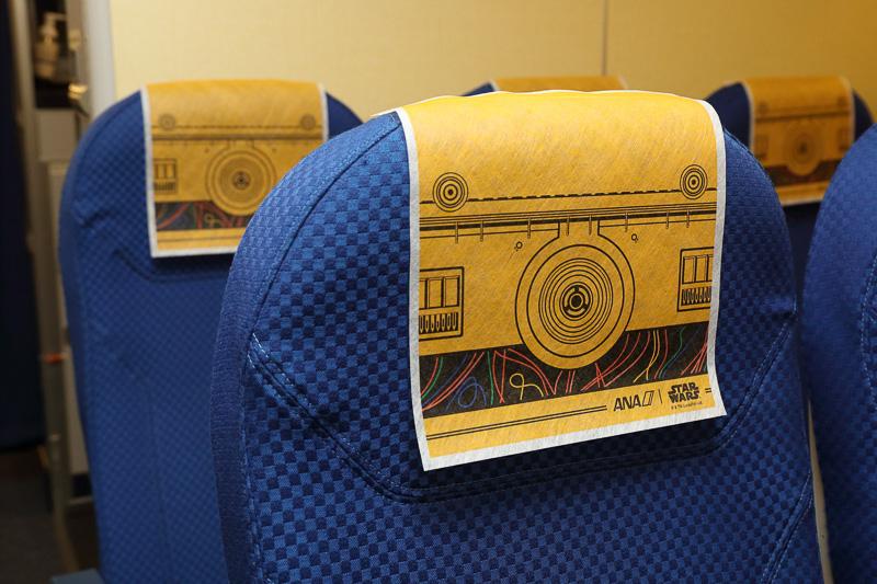 C-3PO ANA JETの機内シートにはC-3POデザインのヘッドレストカバー