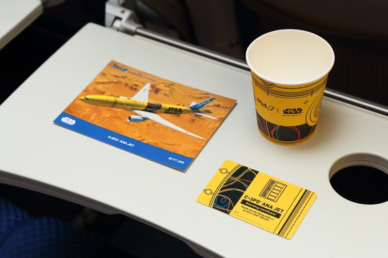 機内は紙コップもC-3PO仕様。Webで公開されている対象便搭乗客には搭乗証明書もプレゼントする