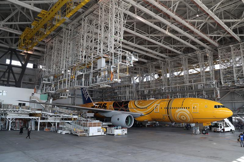 スター・ウォーズ特別塗装が施されたボーイング 777-200ER型機「C-3PO ANA JET」