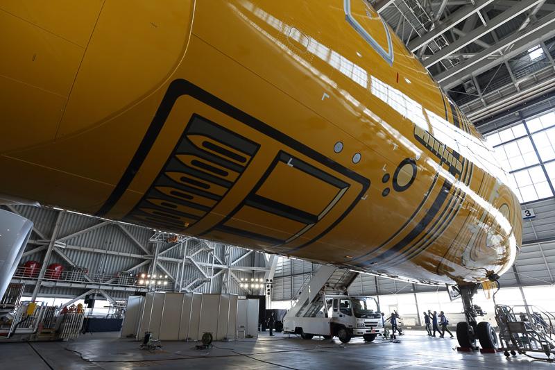 機体の底部は、胴体を一周するお腹の配線や、背中のバッテリパックなどの要素を描いている