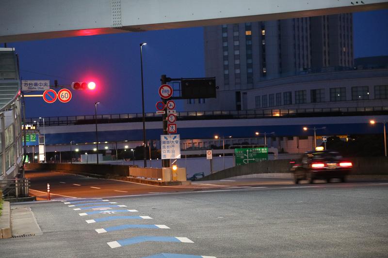 お台場中央交差点から左側2本の車線が臨海副都心入口へ。右側の2本は一般道でトンネルを通り大井へ向かう