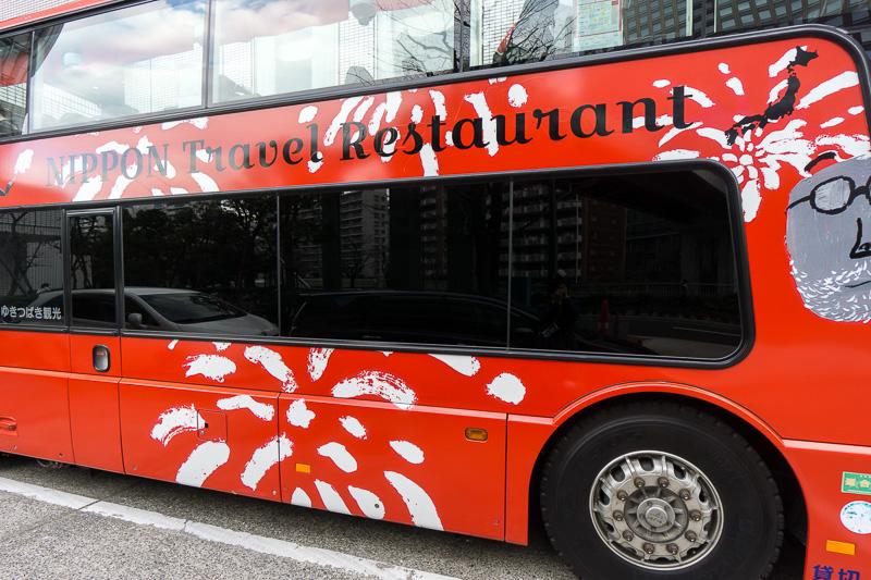 車体デザインには、食事を楽しむ人々に加えて花火のデザイン。大きく「NIPPON Travel Restaurant」の文字と日本地図