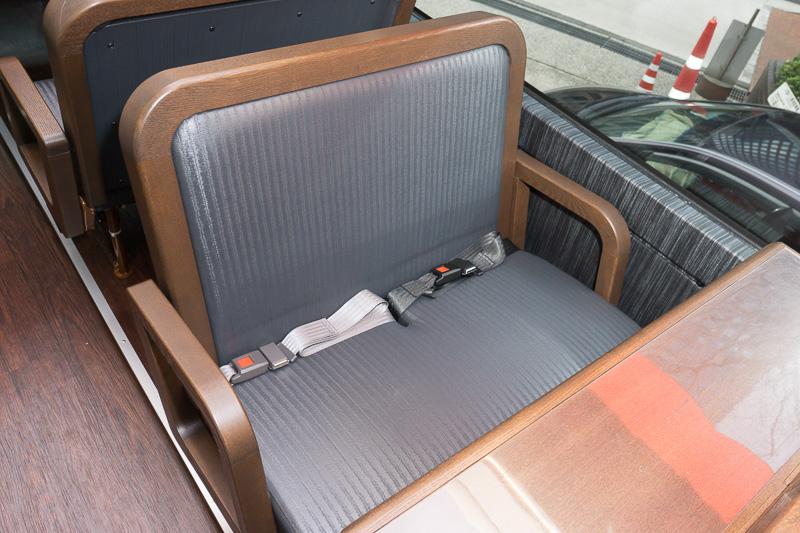 2人がけのカップルシートの表皮は畳調で、和のテイスト