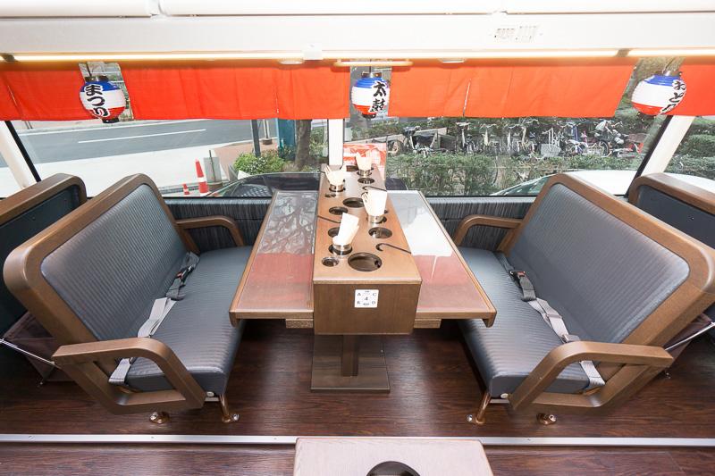 中央にテーブルを挟み4人で談笑できる。リクライニング機能はない